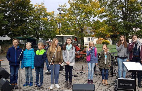 Der Chor der älteren Kids am Ökomarkt